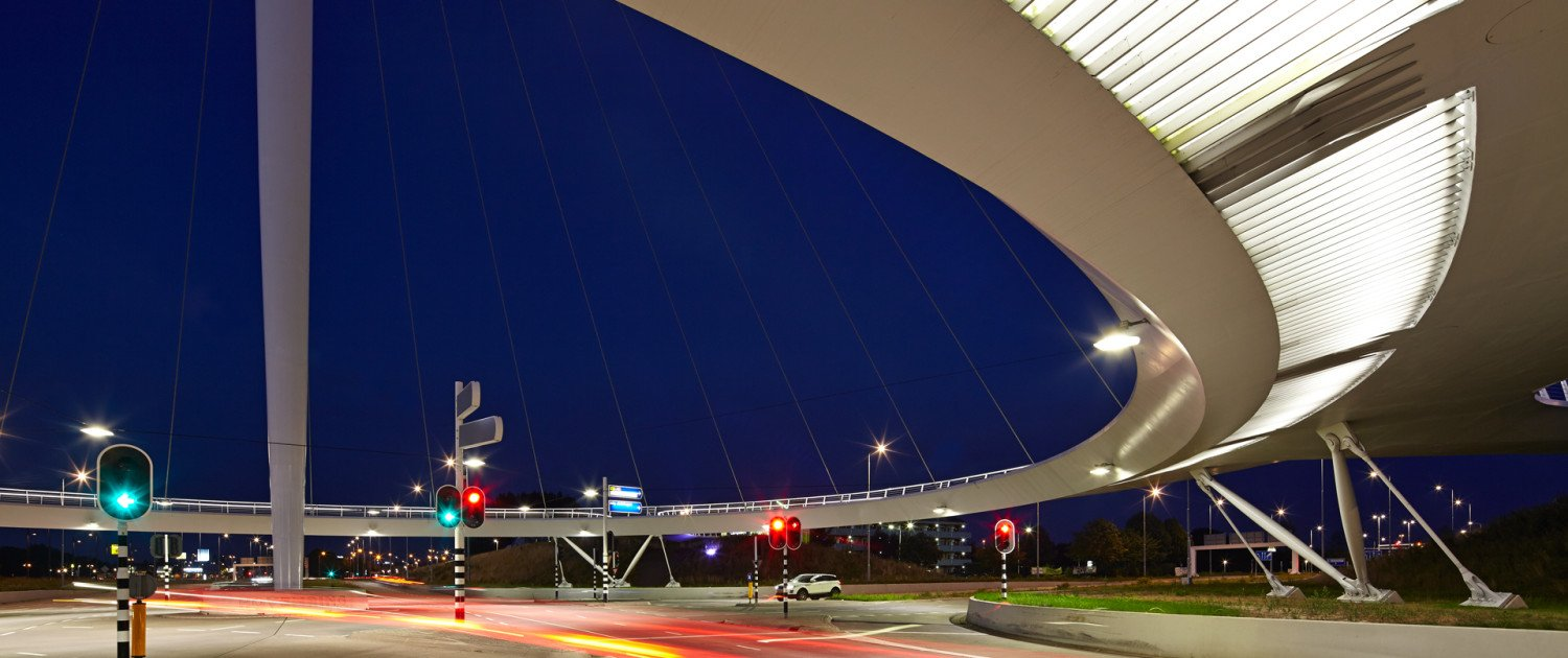 view by night of Hovenring eindhoven, cycle bridge with pilar in the center, design by ipv Delft